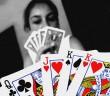 Frau beim Pokerspielen