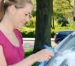 Nach der Ferienreise Autofenster putzen