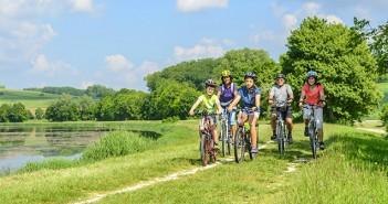 Header mit dem Fahrrad in die Natur