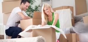 Frau und Mann packen für den Umzug ins neue Zuhause