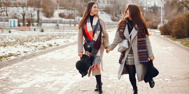 Mädels mit Winteroutfits