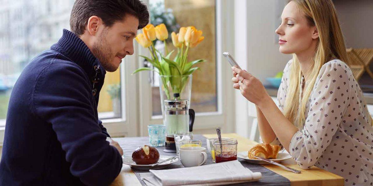 Smartphone am Frühstückstisch