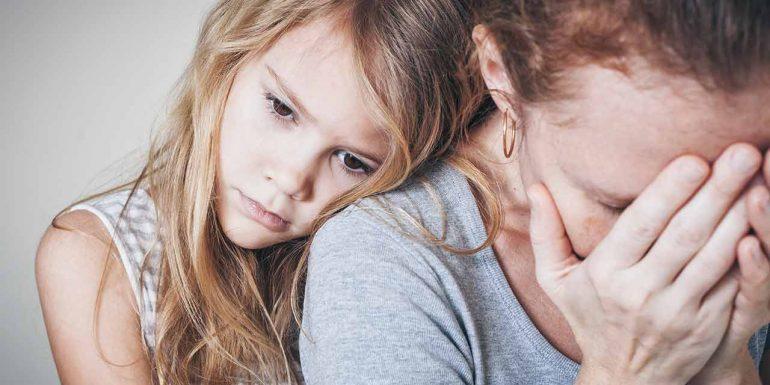 Trauriges Kind mit Mutter