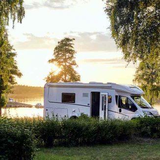 Wohnwagen an einem See