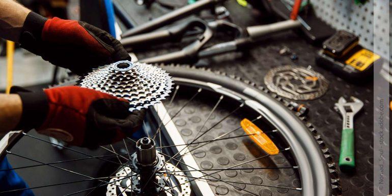 Ein Mann repariert eine Fahrradkette