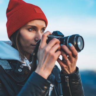 eine Frau hält ihre Kamera in den Händen