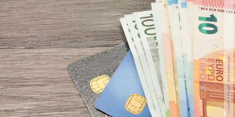 mehrere Geldscheine und eine EC-Karte