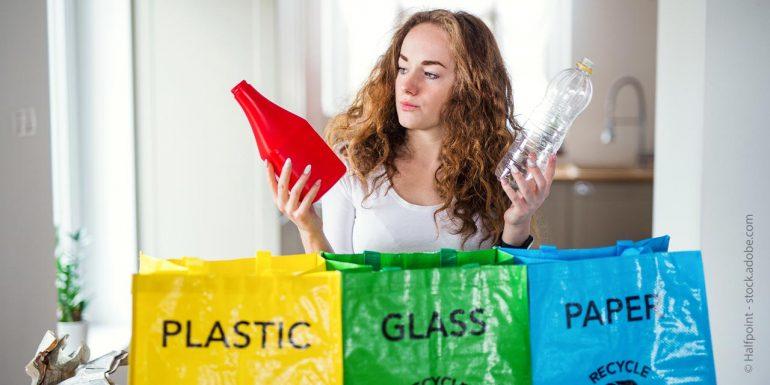 Frau trennt ihren Müll