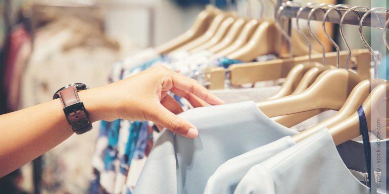 Frau sucht sich Kleidung in einem Geschäft aus