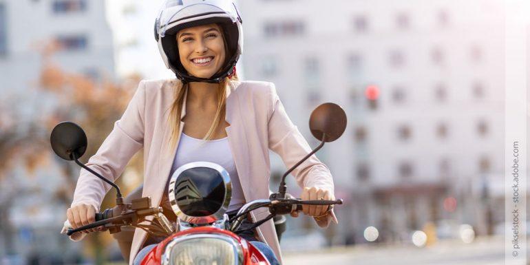 eine Frau fährt auf ihrem Motorroller