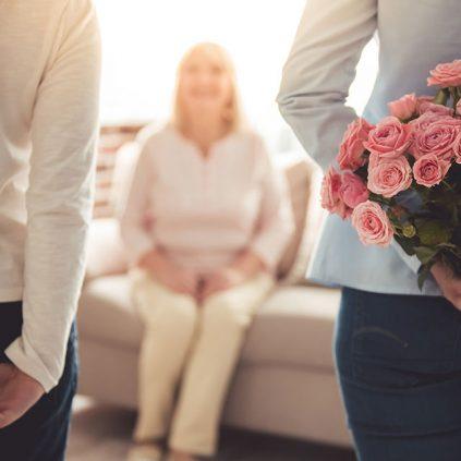 Sohn und Tochter überraschen ihre Mutter